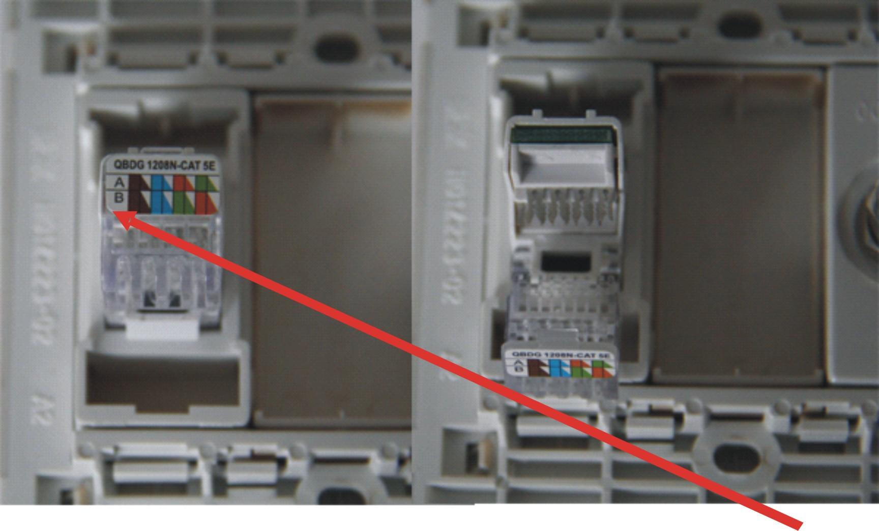 步骤2:分线,用打线钳逐根按进网线插座的金属卡槽内。 注意: a.有的网线是四根白和橙绿蓝棕主色线缠绕,而不是白色和其他色系的混合的白线和主色线缠绕,所以要留心每一组两根线放好后,再拆其他的线,否则,四根白线你无法知道哪一根是白橙、白蓝、白绿、白棕。 b.每次分离后,先不要压线,等所有的线路都放置好,同一使用打线钳,逐根打线。 c.