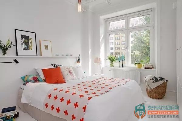 简约的卧室搭配一个美美的吊顶就显得不简单了.