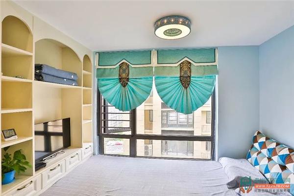 次卧室:由于面积有限,设计师推荐了我们榻榻米加组合柜的形式,储物图片
